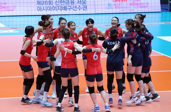 지난달 23일 아시아여자배구선수권 태국의 경기에서 태국에 승리한 여자 배구 대표팀. [뉴스1]