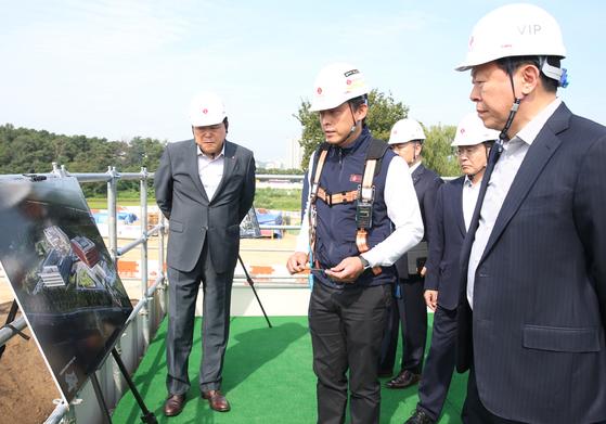 신동빈 회장(오른쪽)이 2일 롯데인재개발원 오산캠퍼스 재건축 공사장을 방문했다. [사진 롯데지주]