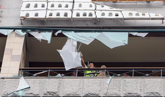 2010년 9월 2일 태풍 곤파스가 수도권을 강타하면서 서울 등에서는 유리창이 파손되는 피해가 발생했다. [중앙포토]
