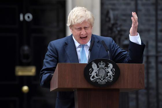 보리스 존슨 영국 총리가 집무실 앞에서 기자회견을 열고 노 딜 브렉시트 방지 법안을 처리하려는 의원들을 비난했다. [AFP=연합뉴스]