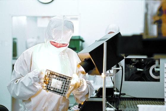반도체 라인에서 제품을 검수하는 모습. [중앙포토]