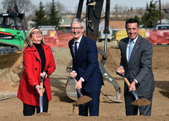 애플의 팀 쿡(가운데) CEO가 지난해 1월 미국 네바다주 르노에서 열린 애플의 새로운 물류창고 기공식에서 첫 삽을 떠내며 활짝 웃고 있다. 애플은 이날 300억 달러의 미국 내 투자 계획을 발표했다. [AP=연합뉴스]