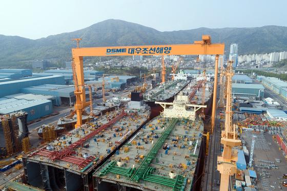 대우조선해양의 1도크에서 초대형원유운반선(VLCC) 4척이 동시에 건조되고 있다. [사진 대우조선해양]