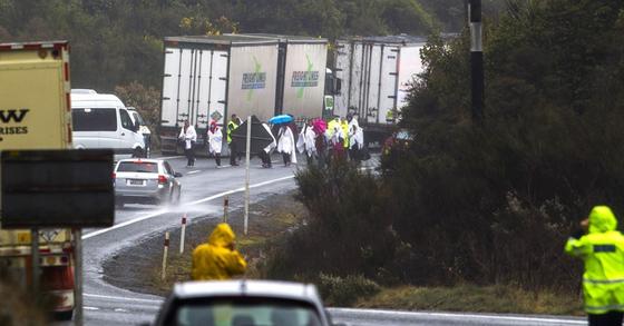 뉴질랜드 북섬의 고속도로에서 버스가 전복돼 중국 관광객 5명이 숨졌다. [AP=연합뉴스]