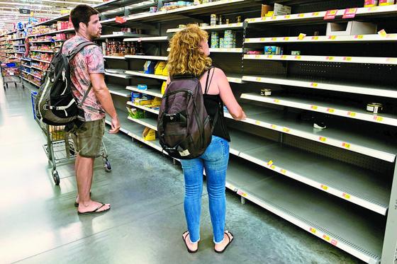 미국 플로리다 주민들이 월마트에서 생활용품을 구매하고 있다. 바하마를 강타한 초강력 허리케인 도리안이 미국 본토를 향하고 있어 플로리다 등에 주민 대피령이 확대됐다. [AFP=연합뉴스]