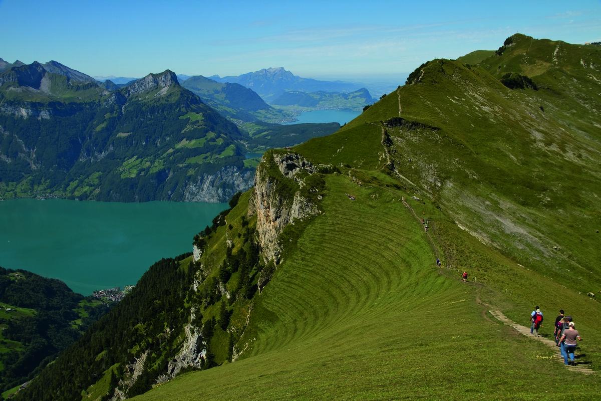 걷기여행의 천국 스위스와 페루에는 이미 정평이 난 트레일 말고도 멋진 길이 많다. 사진은 스위스 중부 루체른에서 가까운 슈토오스 지역의 하이킹 트레일. [사진 스위스관광청]