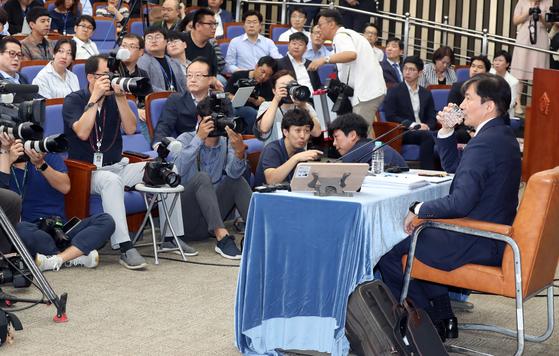 조국 법무부 장관 후보자가 2일 오후 국회에서 열린 기자회견에서 물을 마시며 기자들의 질문을 듣고 있다. 변선구 기자