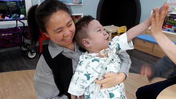 이혜연 후원자(왼쪽)와 아들 시환이의 모습. 신이 난 표정으로 하이파이브하는 모습을 보니 나도 행복해진다. [사진 이혜연 후원자]