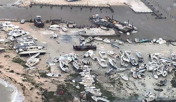 지난 2일 허리케인 도리안이 강타한 바하마 해안지역에서 보트들이 장난감처럼 뒤엉켜있다.[AP=연합뉴스]