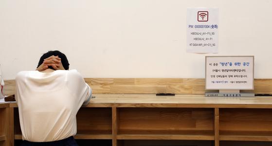 서울시청년일자리센터에 청년에게 자리를 양보하라는 안내문이 붙어 있다. [연합뉴스]