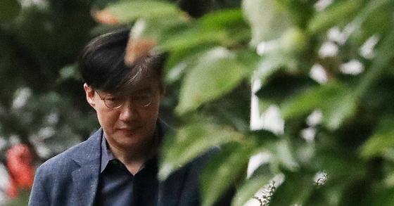 조국 법무부 장관 후보자가 3일 오후 서울 서초구 방배동 자택을 나서고 있다.[뉴스1]
