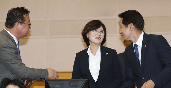 김인식 대전시의회 의원(가운데)이 대전시의회에서 동료 시의원들과 인사를 나누고 있다. [뉴스1]