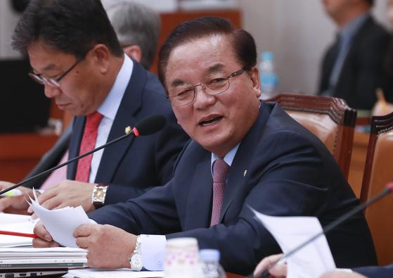 정갑윤 한국당 의원은 2일 청문회장에서 여성비하 논란을 빚었다. 임현동 기자