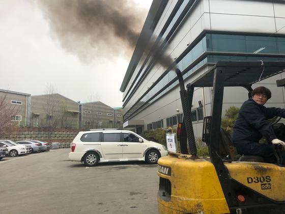노후 지게차에서 매연이 뿜어져 나오는 모습. 천권필 기자