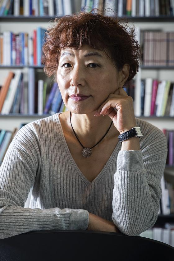 """7년 만에 장편 소설 '빛의 과거'를 출간한 은희경 작가. 그는 """"오랜 세월 마무리짓지 못한 작품을 드디어 끝내서 후련하다""""고 밝혔다. 장진영 기자"""
