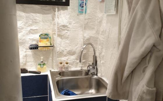 호주 시드니 피어몬트 지역 한 아파트 관리인인 자덴 하티가 건물 지하에 만든 '비밀 거처'. 해당 사진은 욕실 모습. [사진 뉴사우스웨일스주 경찰]