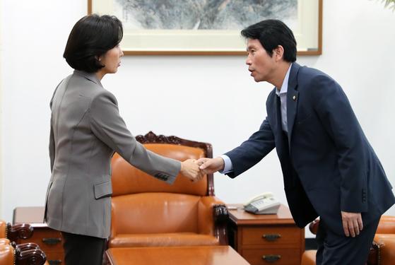 이인영 더불어민주당 원내대표(왼쪽)와 나경원 자유한국당 원내대표가 4일 오후 서울 여의도 국회 운영위원장실에 만나 인사를 나고 있다. 오종택 기자