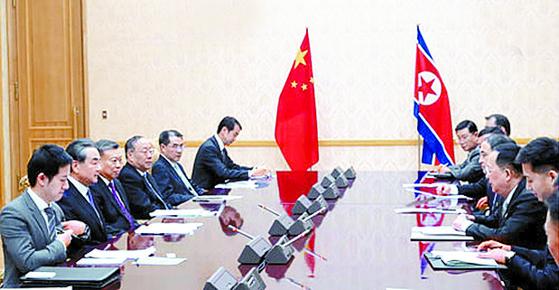 왕이 중국 외교부장이 지난 2일 평양 만수대 의사당에서 이용호 북한 외무상과 회담하고 있다. [연합뉴스]