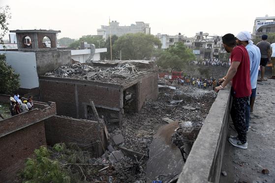 지난 4일 인도 북부 펀자브 주에서 발생한 폭죽 공장 화재 현장. [AP=연합뉴스]