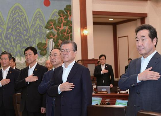 문재인 대통령이 8월 13일 청와대에서 열린 국무회의에서 국민의례를 하고 있다. / 사진:청와대사진기자단