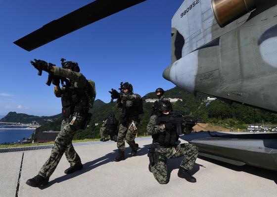 지난달 25일 독도를 포함한 동해에서 열린 영토수호훈련에서 육군 특전사 대원들이 시누크(CH-47) 헬기에서 내려 울릉도에 투입되고 있다. [사진 해군]