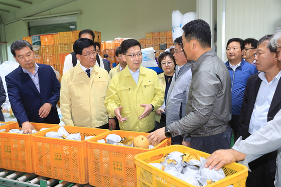 김현수 농림축산식품부 장관(왼쪽 세 번째)이 5일 전남 나주시 '나주배 종합유통센터'를 방문해 태풍 피해를 줄일 수 있도록 해달라고 당분했다. [사진 농림축산식품부]