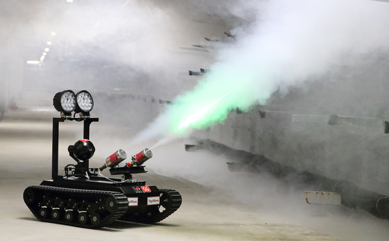 통신구에 설치된 지상형 5G 로봇이 비정상적으로 온도가 상승한 지점으로 출동해 로봇에 탑재된 에어로졸 소화기로 화재를 진화하고 있다. [사진 KT]