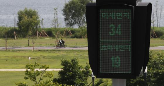 서울시가 102억원 예산을 투입해 소규모 사업장을 대상으로 대기오염물질 배출 방지시설 설치를 지원한다고 25일 밝혔다. 사진은 서울 마포구 난지한강공원에 설치된 '미세먼지 신호등' [뉴시스]