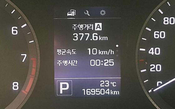 변속기가 고장난 렌터카의 계기판. 주행거리 16만9504㎞가 찍혀 있다. 손민호 기자