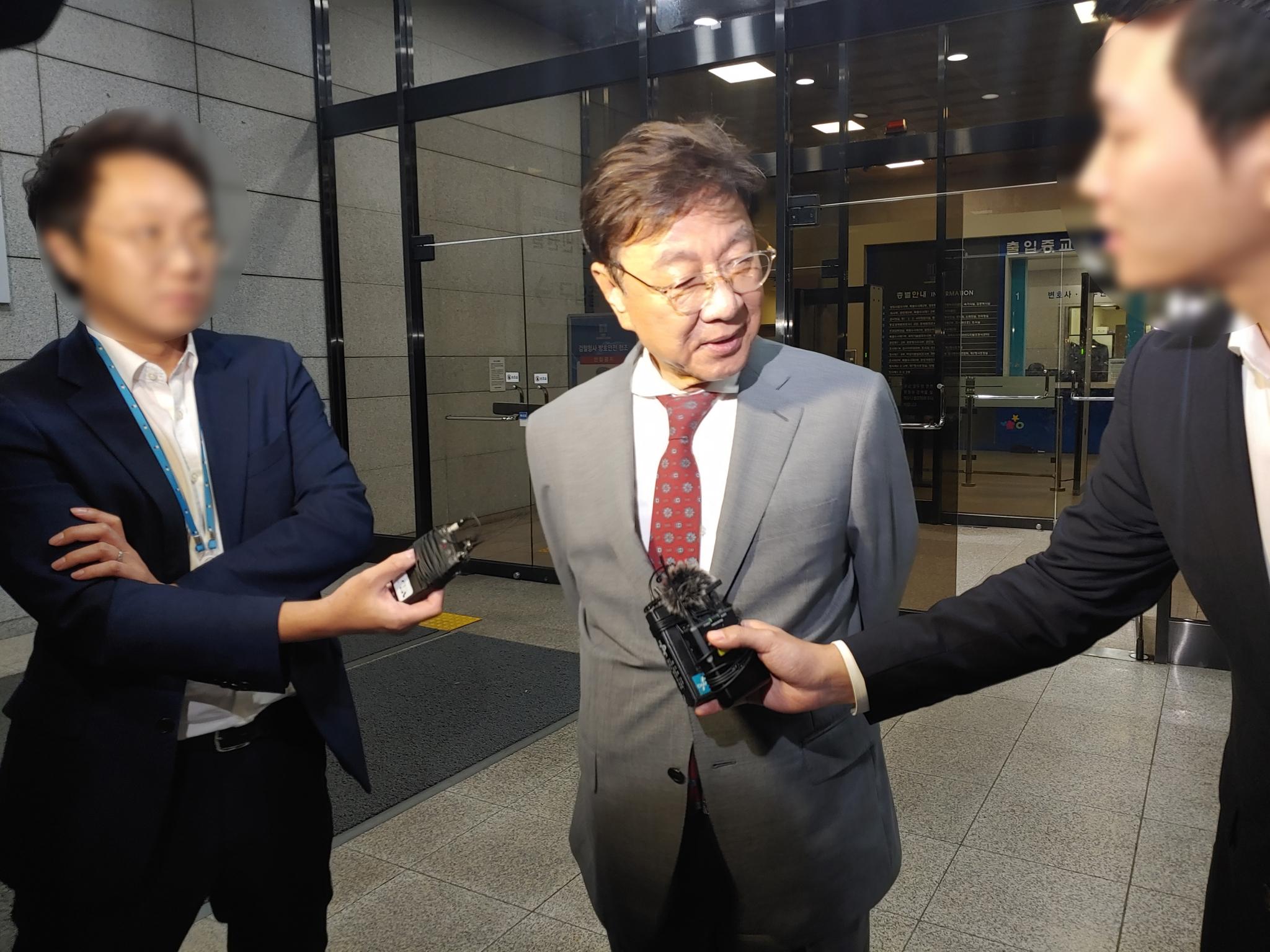 최성해 동양대 총장이 5일 오전 서울중앙지검에서 참고인 조사를 마친 뒤 청사를 나오고 있다. 김민상 기자