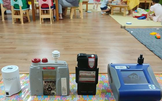 지난달 29일 오전 서울 영등포구에 위치한 영삼어린이집에서 실내공기질을 측정하고 있다. 아이들이 뛰어놀면 먼지가 발생해 미세먼지 수치에 영향을 줄 수도 있지만 실제 아이들이 마시는 공기를 측정하기 위해 수업 중에 진행됐다. 박해리 기자
