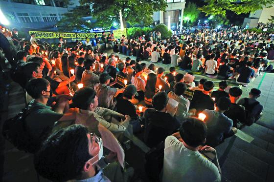 지난달 28일 서울대 아크로광장에서 열린 조국 법무부 장관 후보자 사퇴 촉구 촛불집회. [연합뉴스]