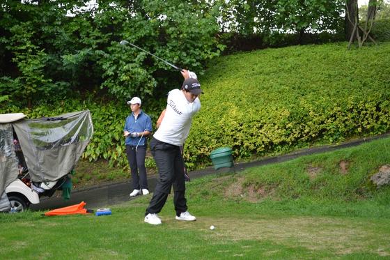 이승찬은 한국 남자 엘리트 골프 선수 중 유일한 왼손 골퍼다. 필 미켈슨 등 세계적인 선수 중에는 왼손 골퍼가 꽤 된다. 사진은 왼손 타석에서 스윙하는 이승찬. [사진 대한골프협회]