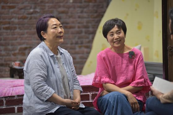 연극 '안녕, 말판씨'에 같은 역으로 출연하는 배우 양희경(왼쪽)과 성병숙. [사진 바라이엔티컴퍼니]