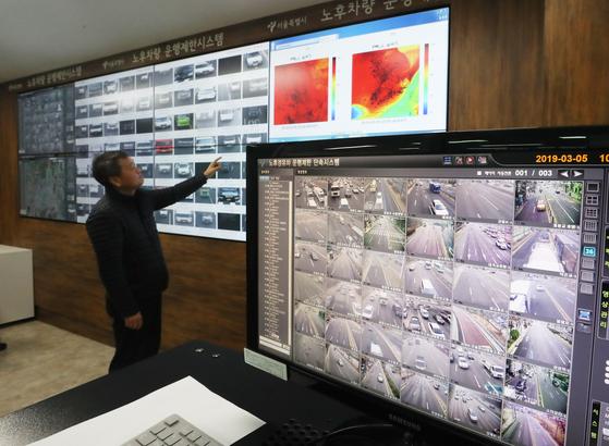 서울시청 서소문별관 노후차량 운행제한 상황실에서 직원이 노후차량 운행 단속 CCTV를 살펴보고 있다. [뉴스1]