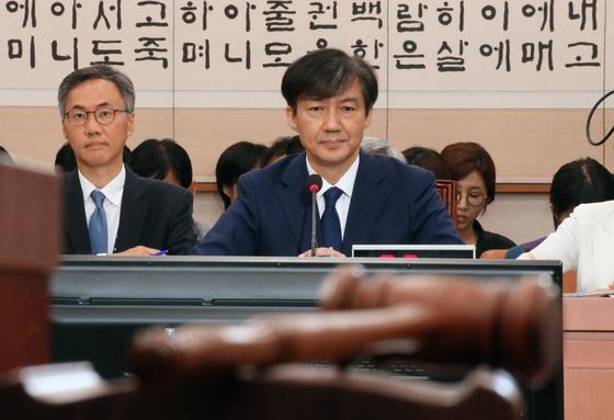 조국 법무부 장관 후보자가 6일 오전 열린 국회 법사위 인사청문회에서 질의를 경청하고 있다. [연합뉴스]
