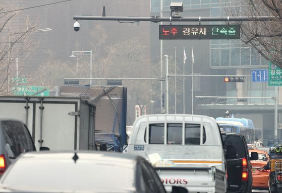서울 중구 도심에서 무인카메라가 노후 경유차량을 단속하고 있다. [뉴시스]