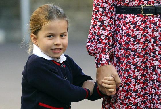 영국 왕실 샬럿 공주가 5일(현지시간) 엄마 손을 꼭 쥐고 런던 남부의 사립초등학교 토머스 배터시에 첫 등교하고 있다. [AP=연합뉴스]