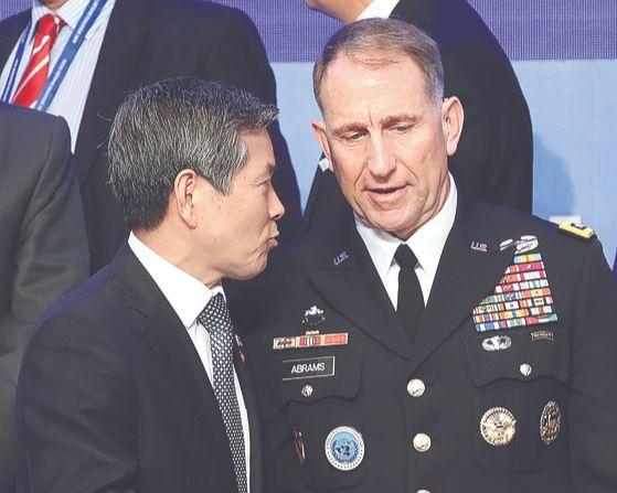 정경두 국방부 장관(왼쪽)과 로버트 에이브럼스 한미연합사령관 겸 주한미군사령관이 5일 '서울안보대화(SSD)' 개회식에서 대화하고 있다. 올해 8회째인 서울안보대화에 주한미군사령관이 참석한 것은 이번이 처음이다. 장진영 기자