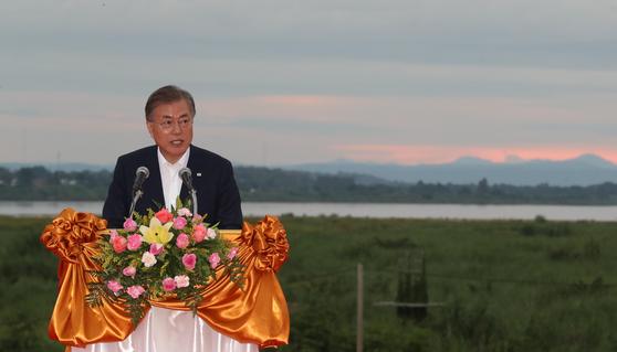 라오스를 국빈 방문 중인 문재인 대통령이 5일 라오스 비엔티안 메콩강변에서 '한-메콩 관계 발전 비전'을 발표하고 있다. 청와대사진기자단