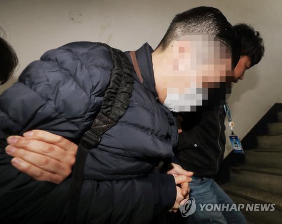 압송되는 SK그룹 창업주 손자 최영근씨. [연합뉴스]