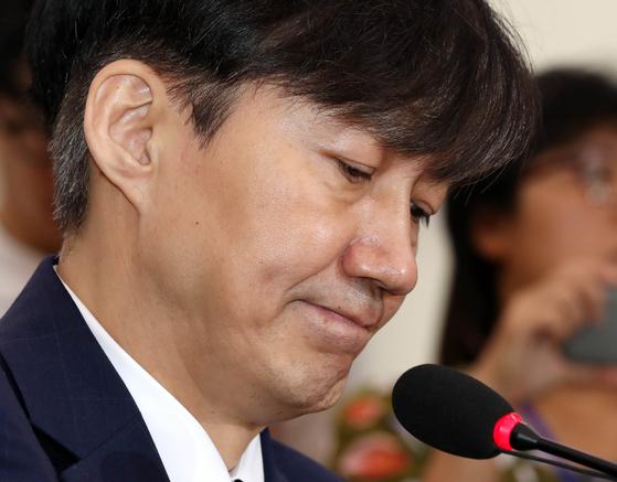 조국 법무부 장관 후보자가 6일 오전 서울 여의도 국회 법사위에서 열린 인사청문회에 출석해 의원들의 질문을 듣고 있다. 오종택 기자