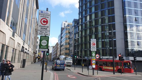 런던시는 지난달 8일부터 시내 중심부 21㎢ 구간으로 진입하는 배출가스 초과 차량에 대해 12.5파운드(버스 100파운드)를 부과하는 '초저배출구역(ULEZ·초록색 간판)' 제도를 시행하고 있다. 이상재 기자