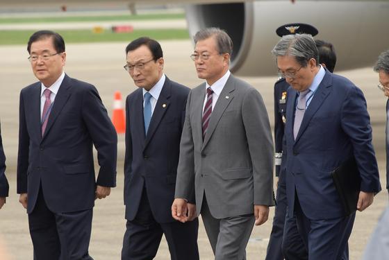 태국,미얀마,라오스 동남아 3개국 방문 일정을 마친 문재인 대통령과 김정숙 여사가 6일 오후 서울 성남공항으로 도착하고 있다. 청와대사진기자단