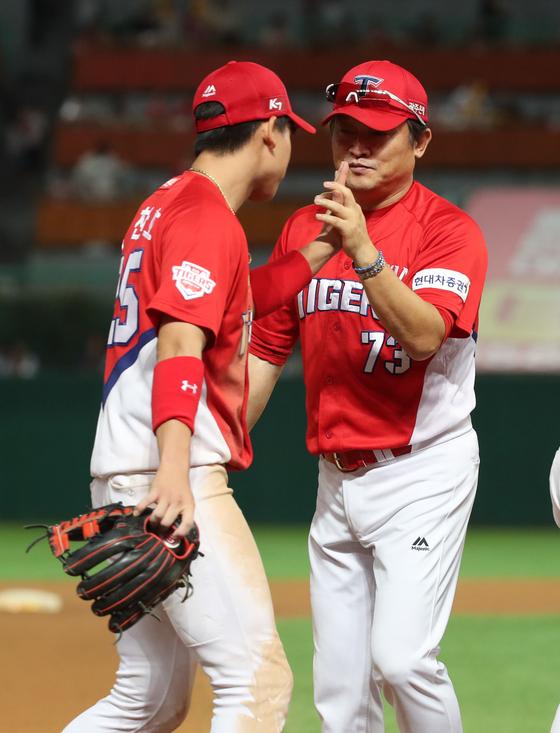 지난달 25일 인천 SK전에서 박찬호(왼쪽)를 격려하는 박흥식 KIA 감독대행. [뉴시스]