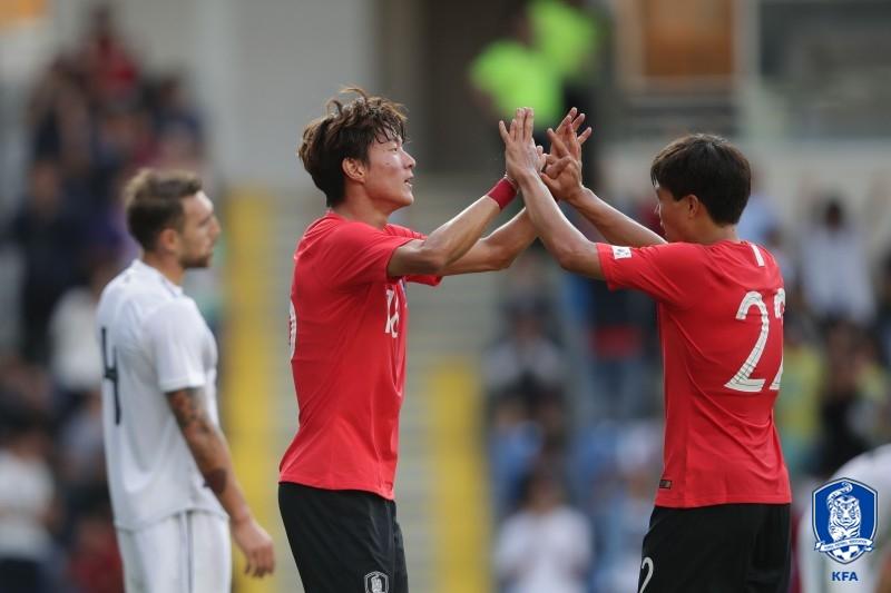 황의조(왼쪽)가 6일 열린 조지아와 평가전에서 골을 넣고 권창훈과 손을 맞잡으며 기뻐하고 있다. [사진 대한축구협회]