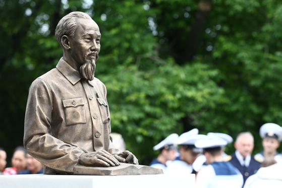 러시아 연해주 블라디보스토크의 보리센코 공원 공장에 지난 7월 5일 설치된 베트남 초대 주석 호찌민의 동상. 올해 9월 2일로 호 주석의 50주기를 맞았다. 타스=연합뉴스]