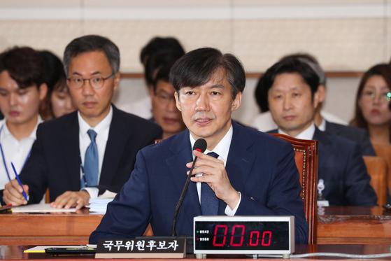 조국 법무부 장관 후보자가 6일 서울 여의도 국회에서 열린 인사 청문회에서 의원들의 질의에 답하고 있다. [뉴스1]