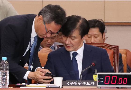 조국 법무부 장관 후보자가 6일 오후 서울 여의도 국회에서 계속된 인사청문회에서 법무부 관계자들과 이야기를 하고 있다. [연합뉴스]