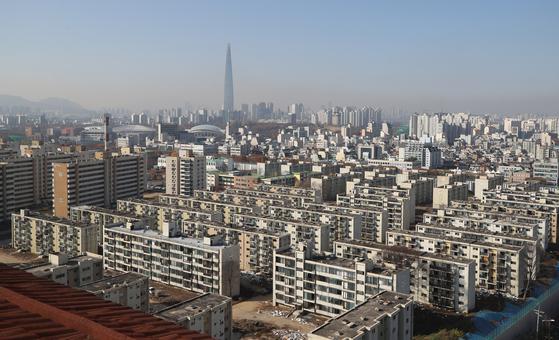 기존 가구수가 6000가구가량으로 대단지인 서울 강동구 둔촌주공 재건축 사업이 인근 고덕 주공단지들보다 10년 정도 늦다. 사진은 철거에 들어가기 전 전경.